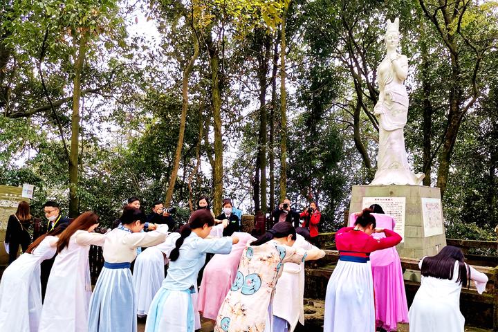 """蒙顶山茶文化旅游节上,举行""""蒙茶仙子""""选拔"""