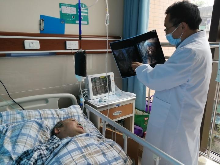 崔建强拿着片子告诉杨先生,第一次手术就清除了80%的结石