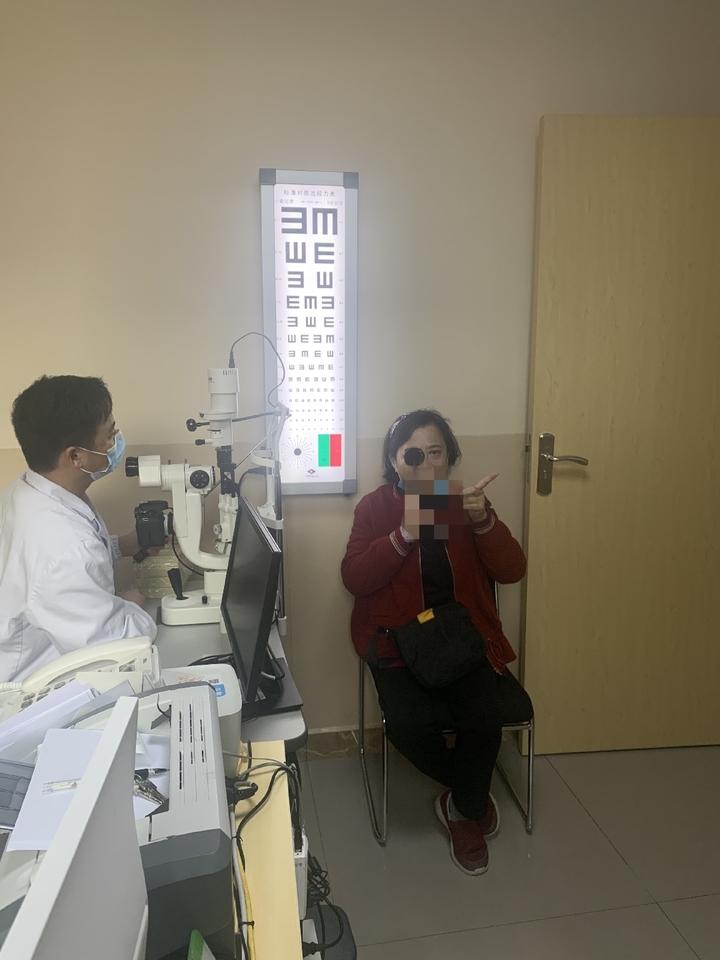 患者复查左眼视力