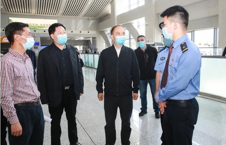 李酌在雅安火车站,检查疫情防控和节前安全工作开展情况   本报记者 张毅 摄