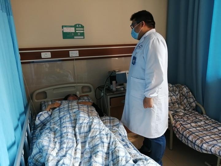 雅安仁康医院医生在病房询问张女士术后身体情况