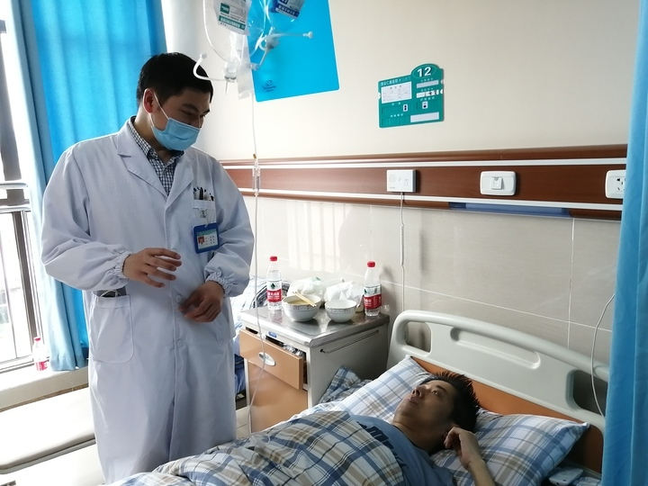 雅安仁康医院泌尿外科医生叶智在病房里与姚先生交流,了解术后情况    雅安仁康医院供图